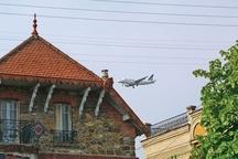 Nuisances à l'atterrissage sur Orly au-dessus de la commune de Villeneuve Saint Georges le 22/04/02 PHOTO FRANCOIS BOUCHON / LE FIGARO