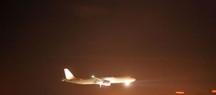 avion atterrissant de nuit