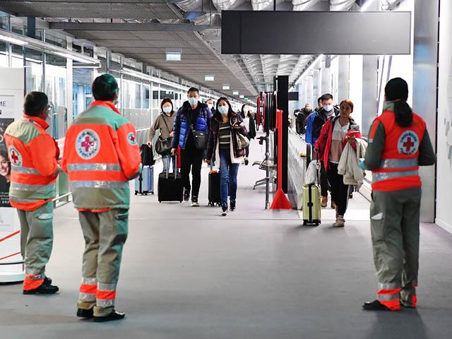 la croix rouge exécutant un contrôle à l'aéroport de roissyvu des passagers
